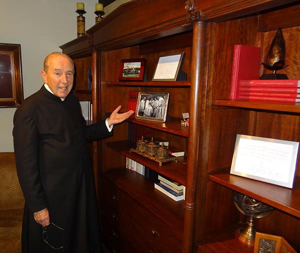 En su despacho de trabajo, Mons. Paulino Busca muestra con cariño este hermoso recuerdo de don Álvaro.