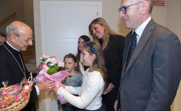 Con una de las familias que acudieron a saludarlo.