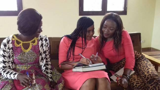 Naomie, Christelle et Aurelia avant le début d'une conférence