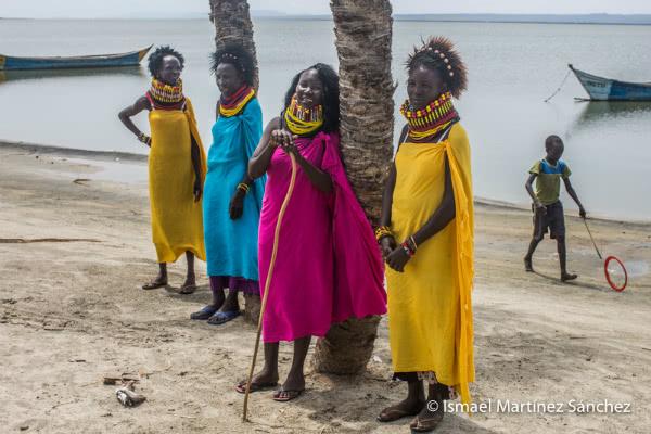 Mujeres turkanas con trajes de fiesta junto al lago (Kenia).