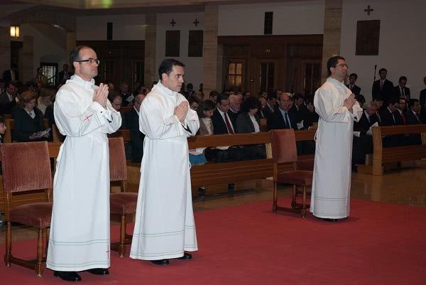 Los nuevos diáconos son: Sidnei Fresneda Herrera, de Brasil; Juan José Muñoz García, de España; y Rubén Mestre Andrés, de España. Foto: Opus Dei (Information Office)