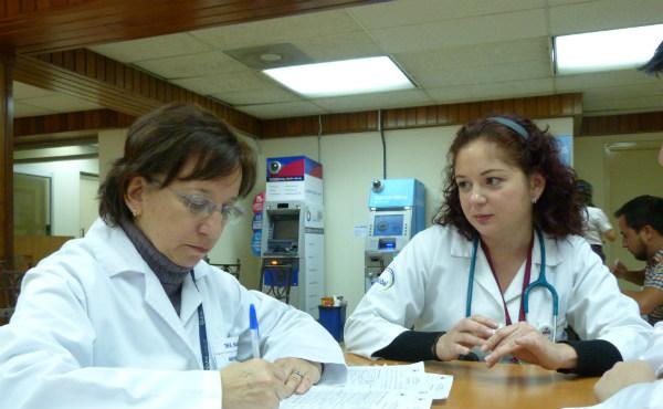 Paulina con una colega en el hospital.