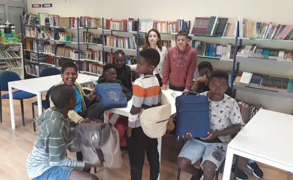 """Con cada """"mochila solidaria"""" un estudiante ofrece el material necesario para que un niño caboverdiano sin recursos pueda estudiar."""