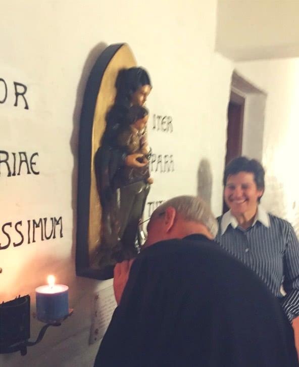 Podobnie jak św. Josemaria, Ojciec pocałował figurę NMP