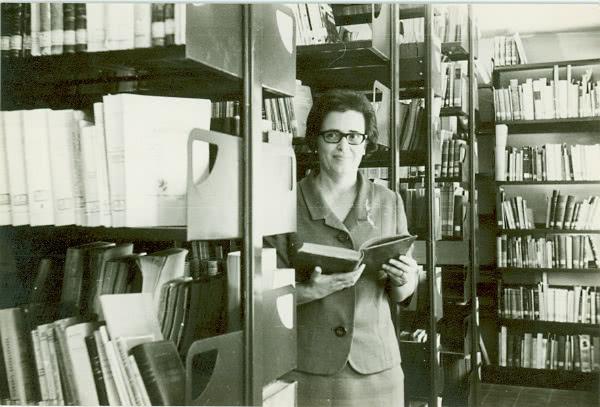 Lourdes Díaz-Trechuelová v knižnici Univerzity v Córdobe. Fotografia s láskavým dovolením Navarskej univerzity.