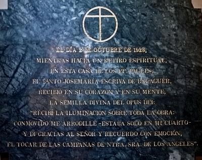 Placa en el interior del Templo que recuerda la fundación del Opus Dei.