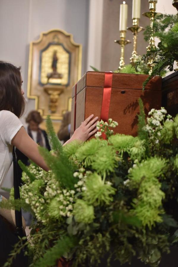 La arqueta con los restos de Guadalupe se encuentra habitualmente en un lateral del templo, pero durante estos días ha sido colocada en el presbiterio de la iglesia