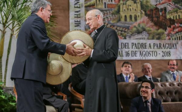 """Le prélat a demandé de prier pour le Pape alors qu'on lui offrait un chapeau """"piri"""""""