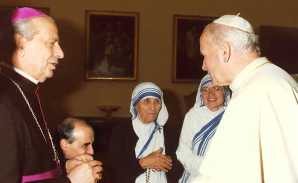 Saint Jean Paul II, avec la nouvelle sainte et le bienheureux Alvaro del Portillo, le 1er juin 1985