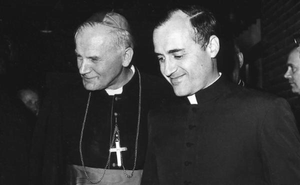 Mgr Karol Wojtyla et mgr Joachim Alonso, en 1971, à la Residenza Universitaria Internazionale.
