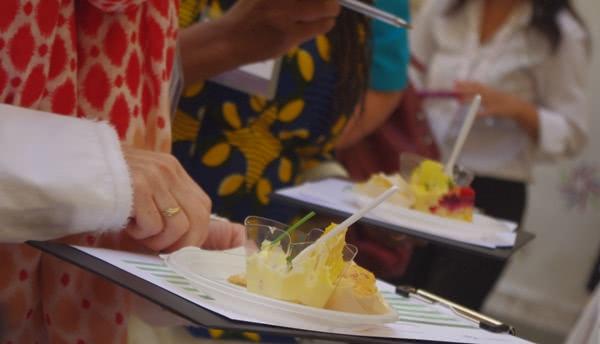 Jovens do Incontro Romano prepararam aperitivos para acolher aos participantes.