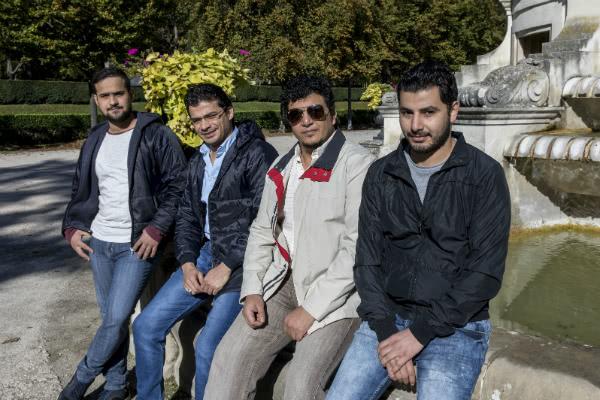 De izda a dcha: el iraquí Mohammed Alzawbaye; y los sirios Abdulrazak Isdrin, Abdulrazak al-Yusuf y Abdulkader, sentados en la fuente-monumento a Gayarre en La Taconera. Foto: Jesús Caso / Diario de Navarra