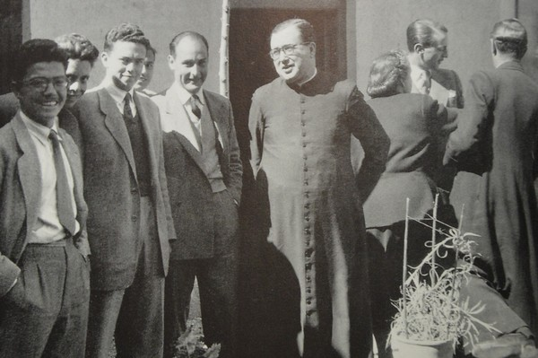 San Josemaría antes de regresar a Madrid el 7 de marzo de 1949. De espaldas, Tía Carmen (su hermana) junto a Odón Moles y D. Teodoro Ruiz