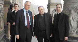 Vor dem Martin-Gropius-Bau: Horst Hennert, Leiter des Berliner Opus Dei, Kardinal Karl Lehmann, Prälat Dr. Christoph Bockamp, Leiter des Opus Dei in Deutschland (v. li.). (Foto: Mirschel