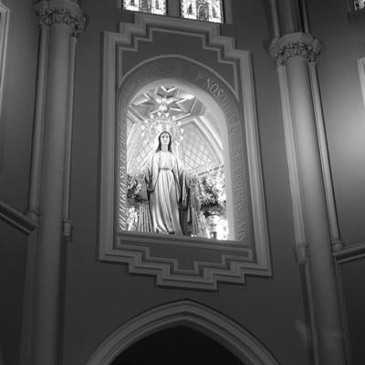 Imagen de la Virgen de la Medalla Milagrosa, que preside la Basílica.