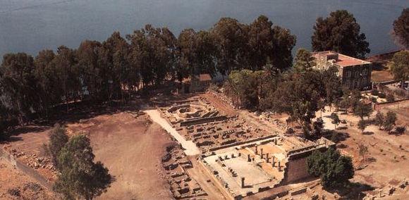 Vista aerea da est, con la casa di San Pietro a sud e la sinagoga a nord. Non era ancora stato costruito il Memoriale di San Pietro sui resti dell'antica basilica.