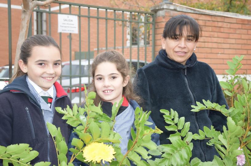 María de los Ángeles Montenegro y alumnas del Colegio Los Alerces