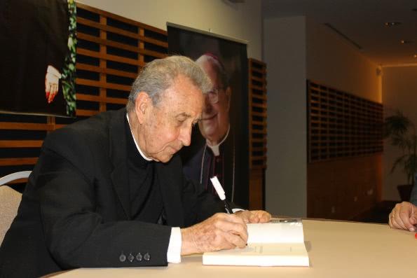 P. Antonio Ducay, firmando dedicatorias a la biografía de don Álvaro del Portillo.
