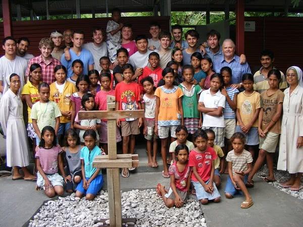 Colegiales de Warrane en un orfanato de Timor (Indonesia).