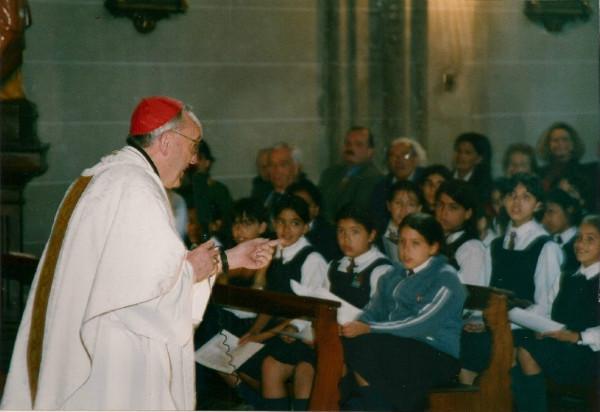 Kardinaal Bergoglio tijdens zijn bezoek aan de school.