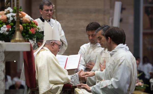 Manuel, in un momento dell'ordinazione diaconale dello scorso novembre.