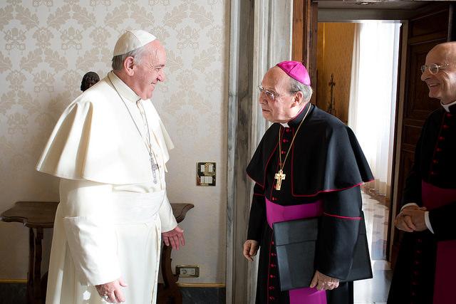 Paavi Franciscus, Opus Dein prelaatti Javier Echevarría ja apulaisvikaari Fernando Ocáriz Vatikaanissa.