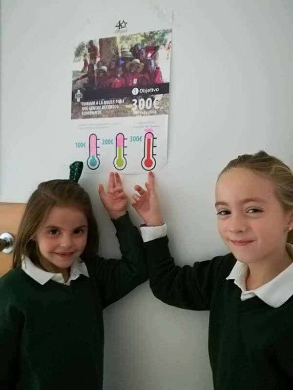 Las pequeñas, desde Primaria, han colocado unos termómetros en las aulas que rellenan conforme obtienen el dinero.