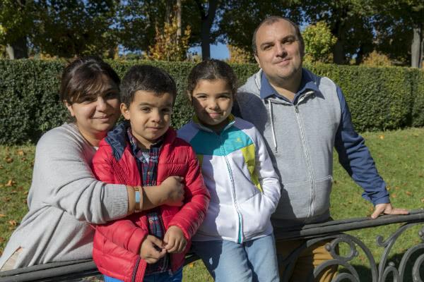 La pediatra y oftalmóloga Saadat Baghirova, de 35 años, abandonó Azerbaiyán por motivos políticos. En la imagen, con su marido, Kanan Baghirova, de 38, y sus dos hijos, Rena, de 10, y Gurban, de 6. Foto: Jesús Caso / Diario de Navarra