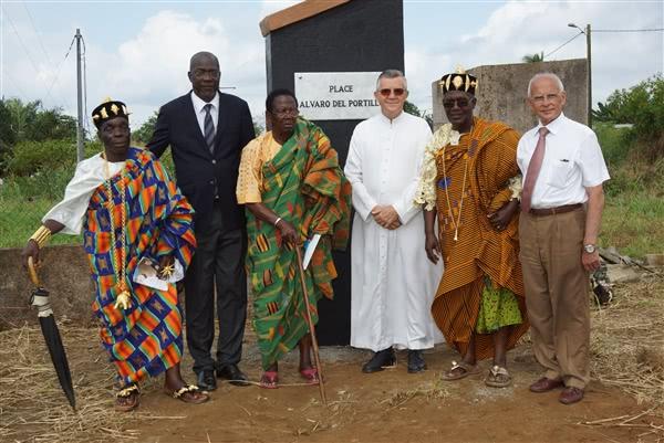 MM. Agbo Bely André, Jean-Baptiste Loba, Dominique Anoma, Lazare Ohoukou et Manuel Lago entourent Mgr Sanchez. Les témoins d'une longue et féconde amitié