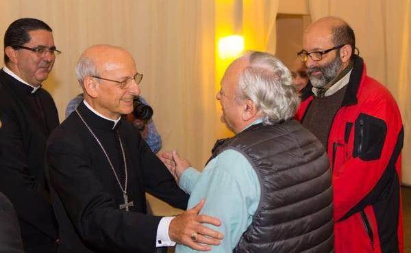 Le prélat de l'Opus Dei avec Alejandro, pendant sa visite pastorale