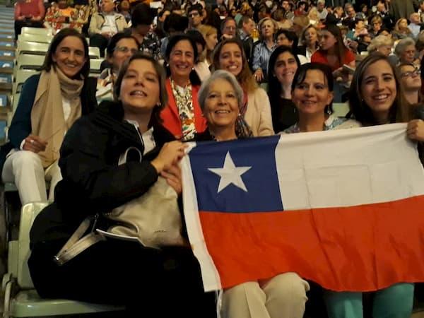 María Dolores Fernández junto a otras chilenas en el encuentro con el Prelado, Mons. Fernando Ocáriz.