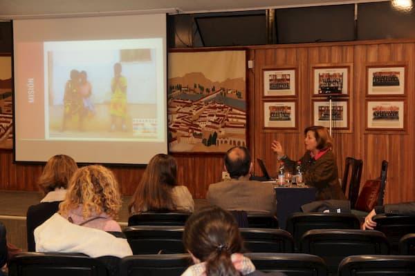 Ana María Galmez, directora de la Oficina de Informaciones del Opus Dei en Chile explicando el proyecto Harambee.