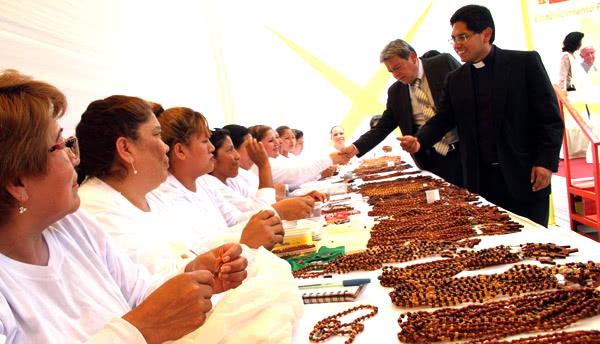 Internos de penales elaboraron rosarios por la visita del Papa