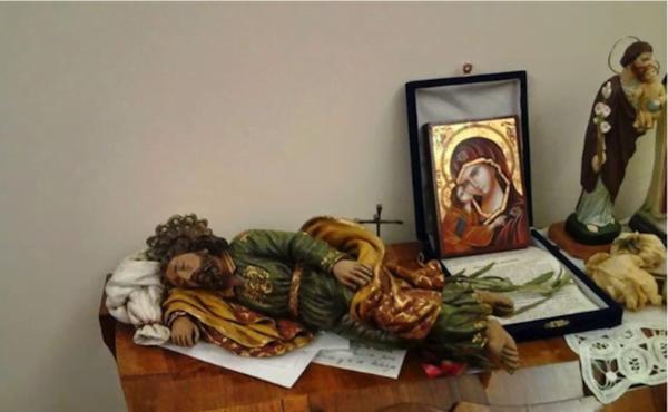"""""""Saint Joseph endormi"""" à qui le Pape François confie ses intentions, sous forme de petits papiers glissés sous sa statuette (Maison Sainte Marthe)"""