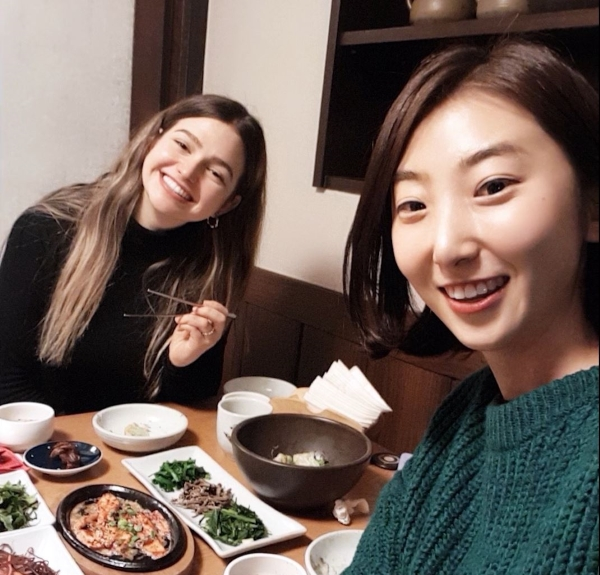 Teresa con una amiga en Seúl