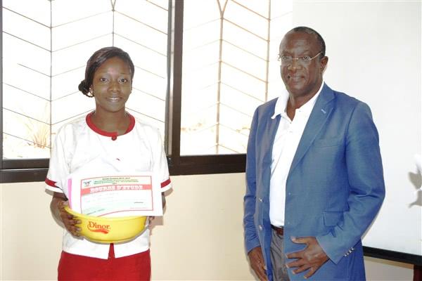 Golé Aurélia Brevet de Technicien 1ère année recevant son prix de M. Konaté