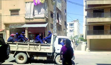 El grupo de refugiados sirios que participa de un proyecto de ayuda humanitaria. El Ayuntamiento les contrata para trabajos en el municipio y la ONG les entrega un sueldo con los donativos que recauda por todo el mundo.