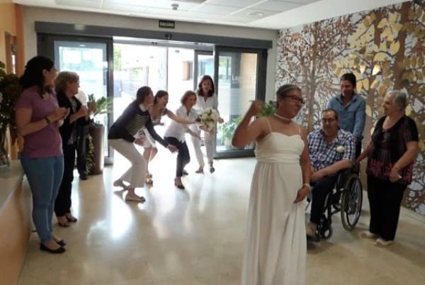 Non tutti i giorni si può vedere nei corridoi una donna vestita da sposa, e neppure un animato crocchio di infermiere in attesa del lancio del bouquet. Foto: Verne.