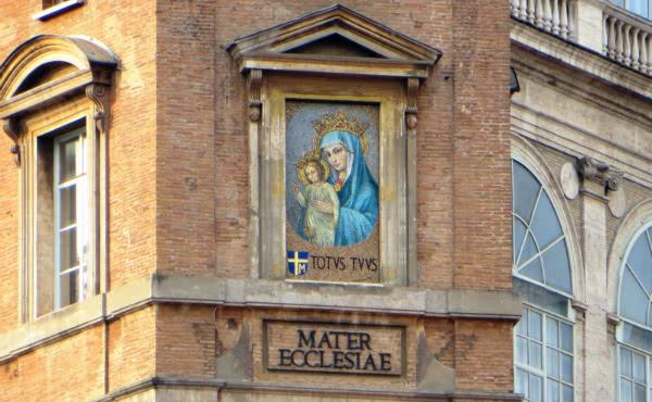 "Imagen de la Virgen ""Mater Ecclesiae"" en la Plaza de San Pedro (Foto: B. Jerabek)"