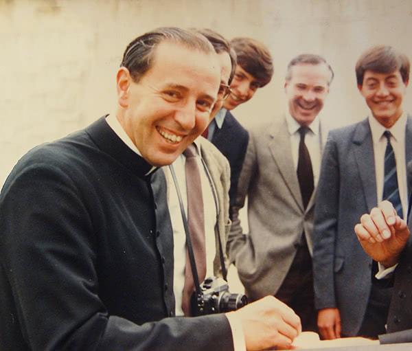 El 9 de enero de 1989 Mons. Paulino Busca colocó la primera piedra del Centro de Estudios del Opus Dei en Quito.
