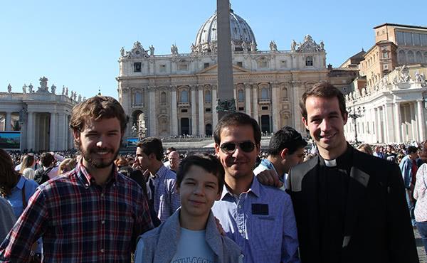 Amb els seus germans després de l'ordenació diaconal.