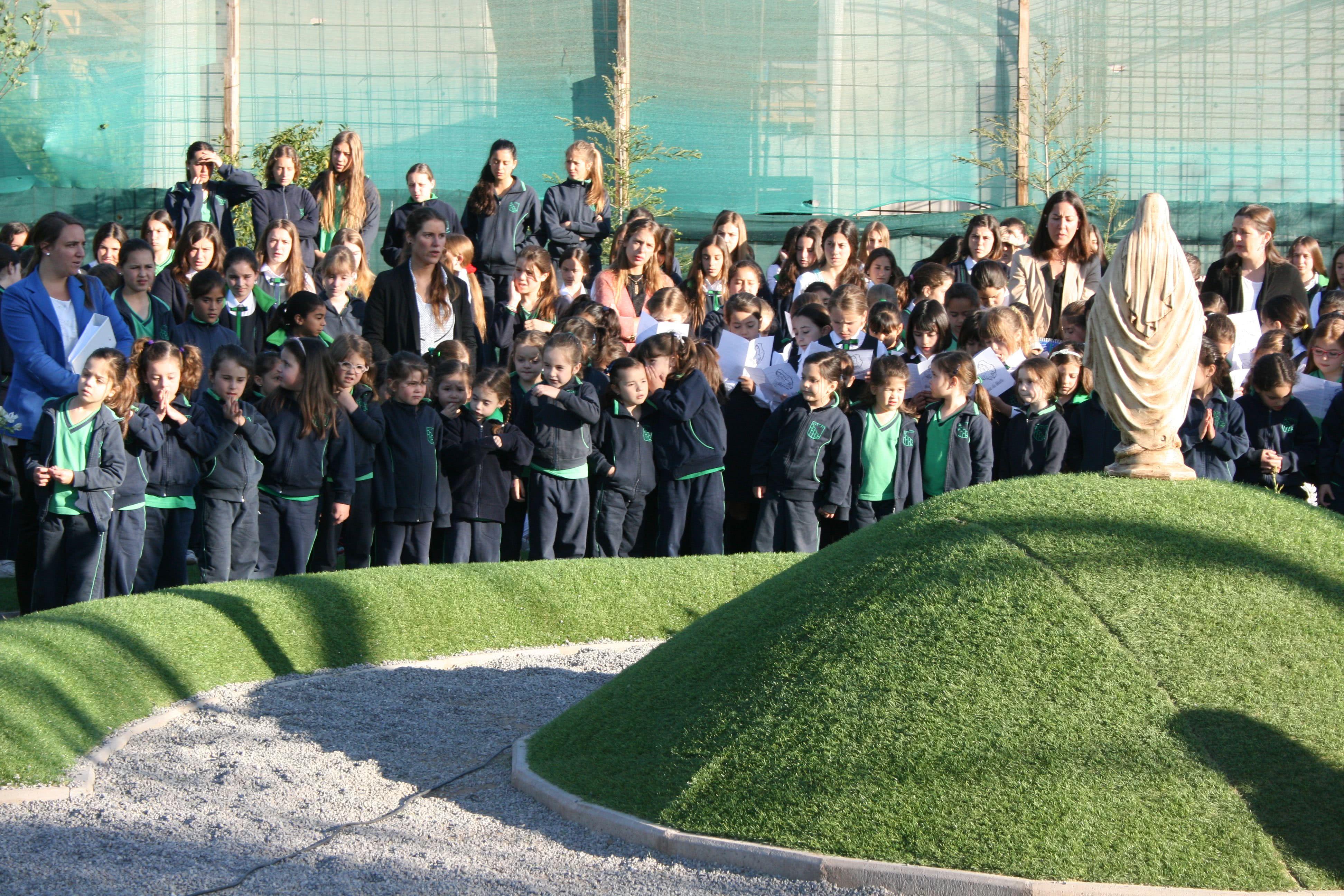 Al igual que en muchos establecimientos, alumnas del Colegio Huelén rezan cada mañana el mes de María con sus profesoras.