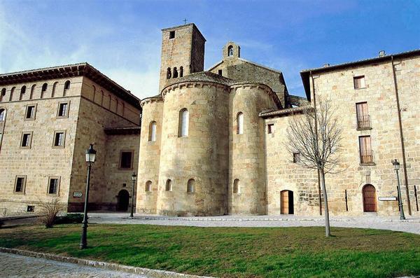 El monasterio benedictino de San Salvador de Leyre se encuentra situado a los pies de la Sierra de Leyre, a 52 kilómetros de Pamplona