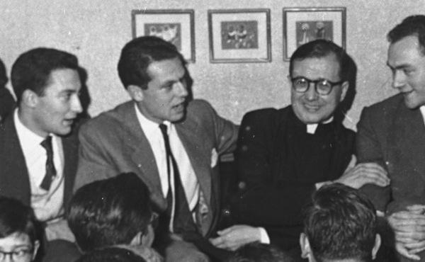 Joachim Navarro-Valls, avec saint Josémaria Escrivá (il est à sa droite).