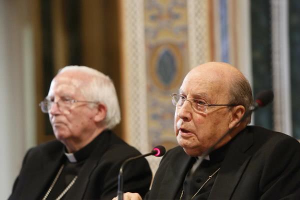 El prelado del Opus Dei, monseñor Javier Echevarría, en su intervención, junto al cardenal arzobispo de Valencia, Antonio Cañizares. Foto: AVAN