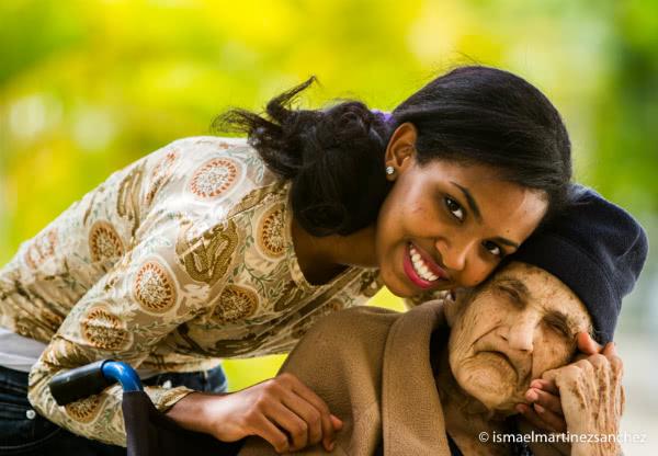 """""""Belleza. Así yo era, así serás"""". Joven cuidando a personas necesitadas en Santo Domingo (República Dominicana). Flickr: Opus Dei."""