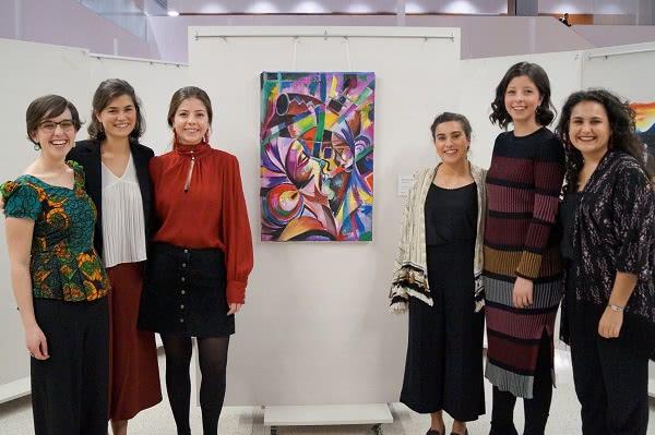 Barabaiki es una joven casa de arte que se dedica a buscar artistas con potencial pero que, por su situación socioeconómica, no han tenido la oportunidad de llevar sus obras hasta el público.