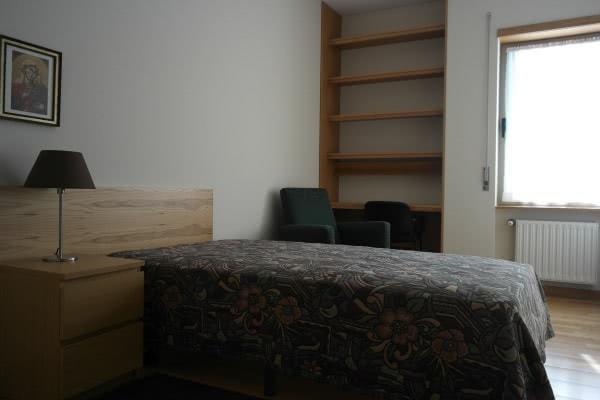 Um dos quartos da nova residência