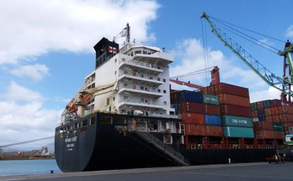 El barco de carga en el que trabaja Raymond como ingeniero.