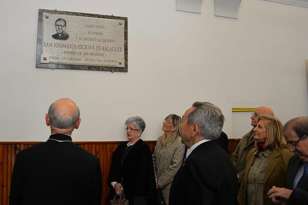 Plaque récemment installée dans l'ancien séminaire Saint-Charles qui évoque, depuis peu, le lien profond du fondateur de l'Opus Dei avec cet édifice historique;